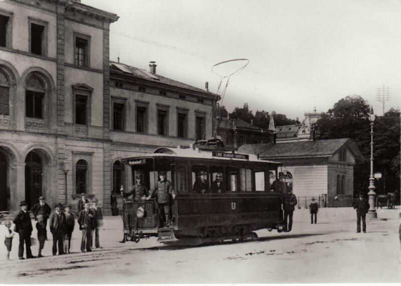Das erste Tram fährt durch die Stadt | Jahr 1897